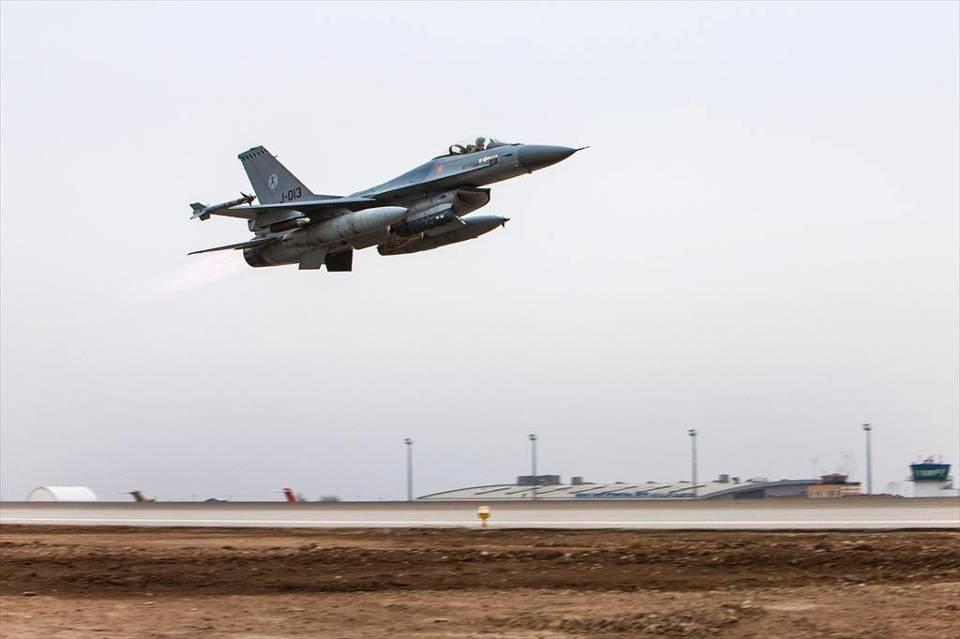 F-16 despegando